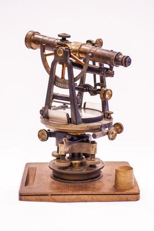 Un antiguo telescopio de madera, con varias ruedas giratorias en la parte inferior.