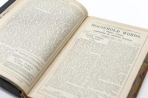 """Vista superior de un libro abierto. La página de la derecha se titula """"Palabras de la casa"""", la página de la izquierda tiene dos columnas de párrafos."""