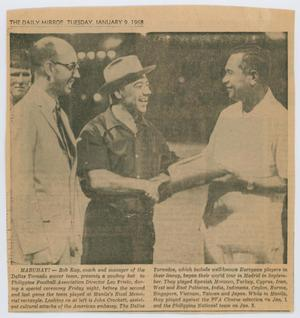 Newspaper page with a photo og 3 men. The one on the farthest left is wearing a white suit, the man next to him to the right wears a cowboy hat. They both look towards the man on the farthest right, the man in the middle shaking his hand. Under the picture are two short paragraphs of text.