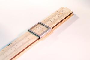 Una regla de madera gruesa, con un cierre de plata