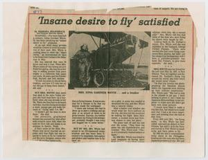 Un recorte de periódico, con un título en la parte superior y una foto de un avión debajo en  el centro. El resto de la página son cuatro columnas de texto. Está enmarcado por  una línea roja.