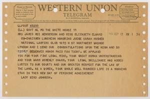 Telegrama marrón claro, con varios agujeros en los márgenes izquierdo y derecho, y dos en el borde superior.  En la parte superior lleva el título Telegrama de Western Union, debajo hay un texto en negro.