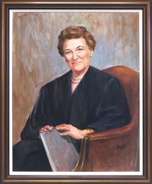 Cuadro en un marco de madera marrón. El cuadro muestra a una jueza con su toga negra, sentada en una silla marrón con los brazos sobre un libro.