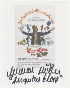 Un pequeño papel blanco con la imagen promocional de la película Willy Wonka y la Fábrica de Chocolate, que muestra a un hombre con traje de chaqueta púrpura y sombrero de copa amarillo con los brazos abiertos, y pequeñas imágenes de niños, oompa loompas y un ferry a su alrededor. Las palabras ¡Es Scrumdidilyumptions! se arquean sobre de mano en mano. La información de la película está debajo. Debajo de la imagen hay una firma en tinta negra.