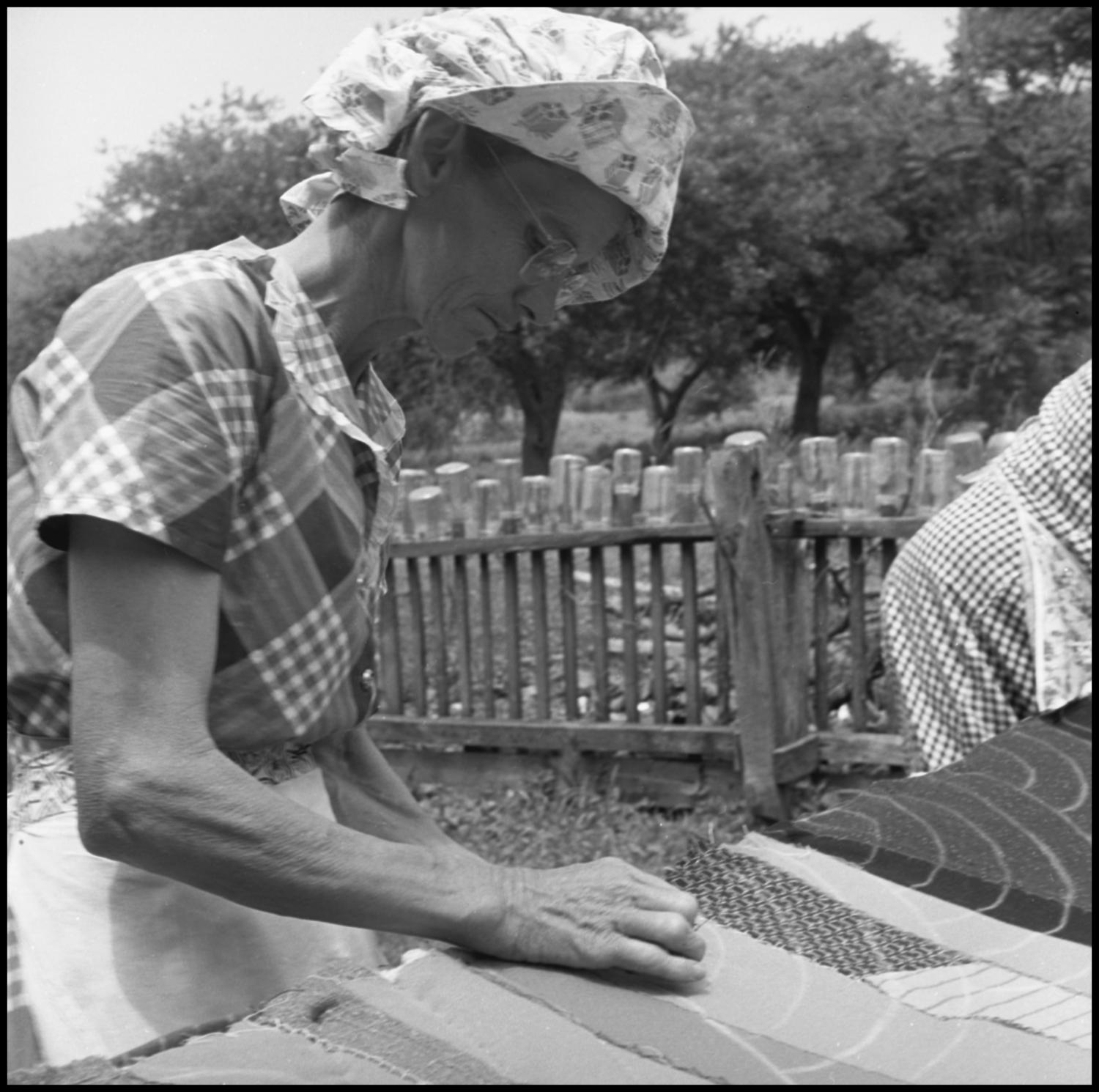 [Women at an outdoor quilting bee]                                                                                                      [Sequence #]: 1 of 1