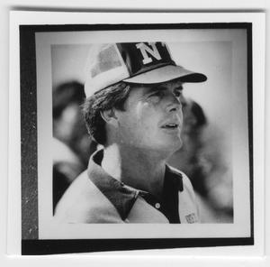 Retrato de un hombre con gorra de béisbol y camisa de cuello.
