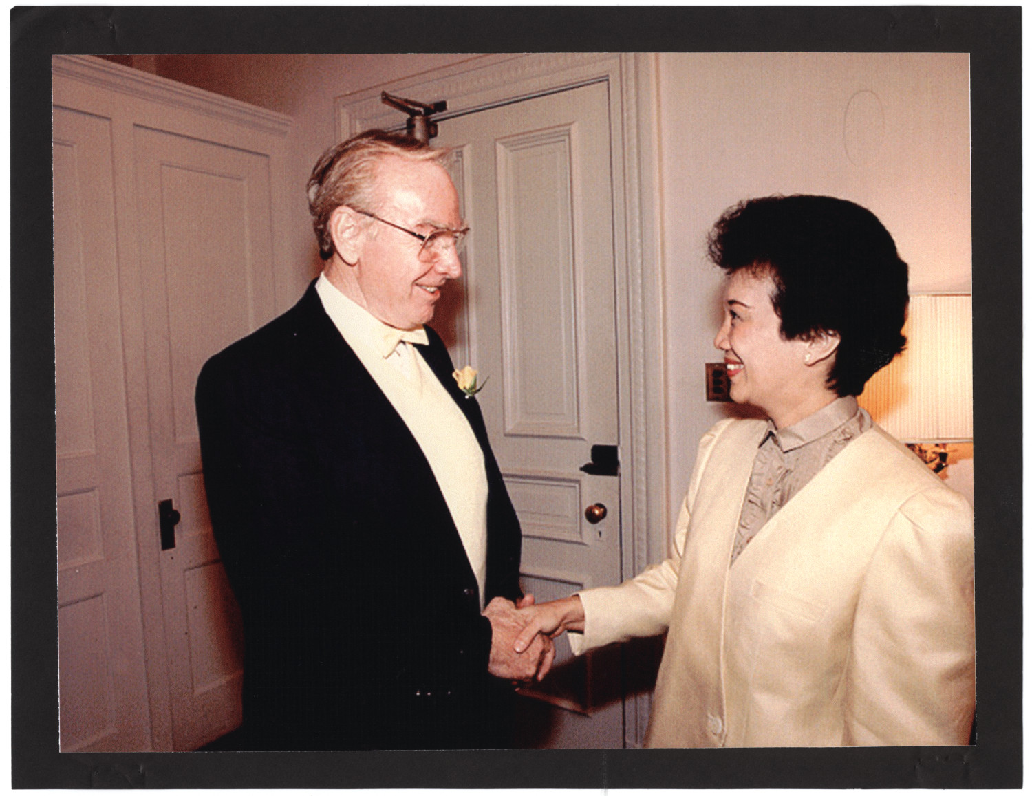 [Jim Wright with Phillipine President Corazon Aquino]                                                                                                      [Sequence #]: 1 of 1