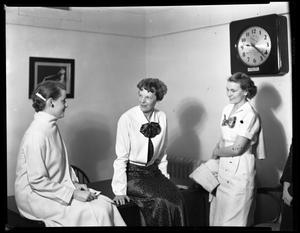 Primary view of object titled 'Amelia Earhart and two unidentified women at TSCW'.