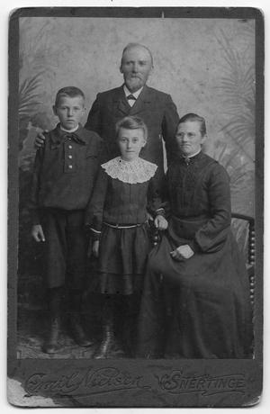 Primary view of object titled '[Hans Larsen Family Portrait]'.