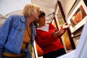 Primary view of object titled '[Women looking at framed artwork]'.