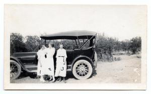 [Photograph of Edna Shopp, Elsie Kothmann, and Ana Jentsch with Car]