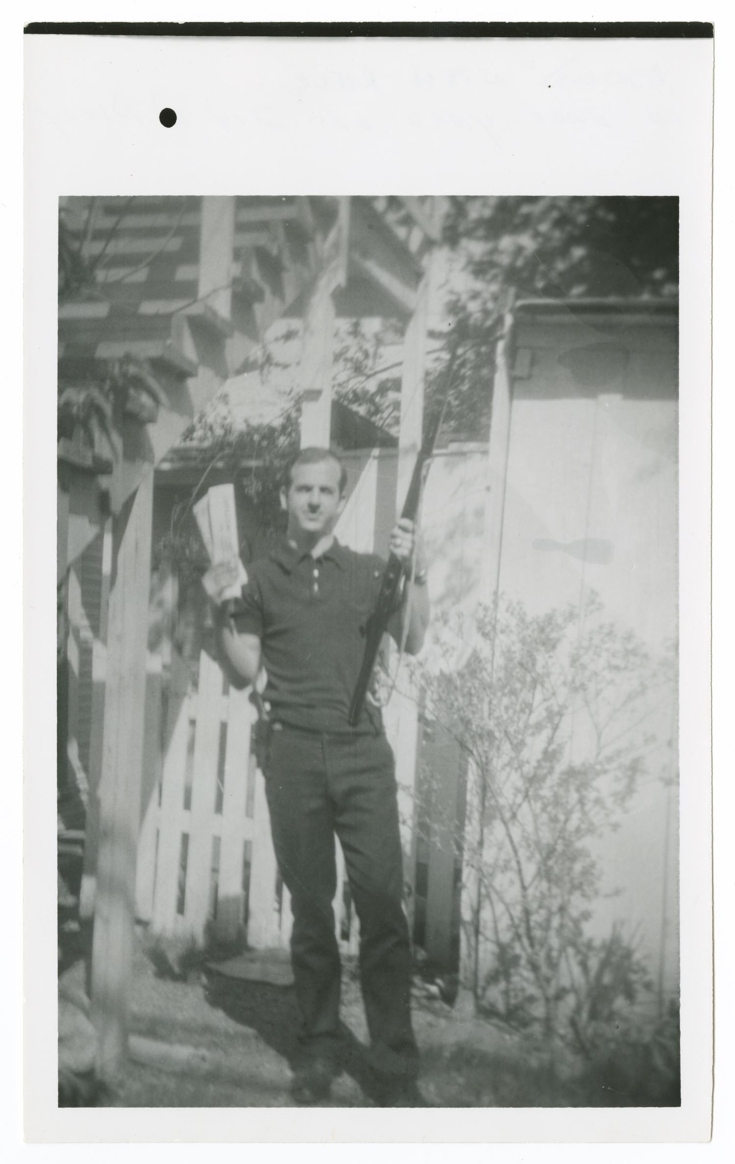 Lee Harvey Oswald in Backyard With Rifle #1 - Side 3 of ...