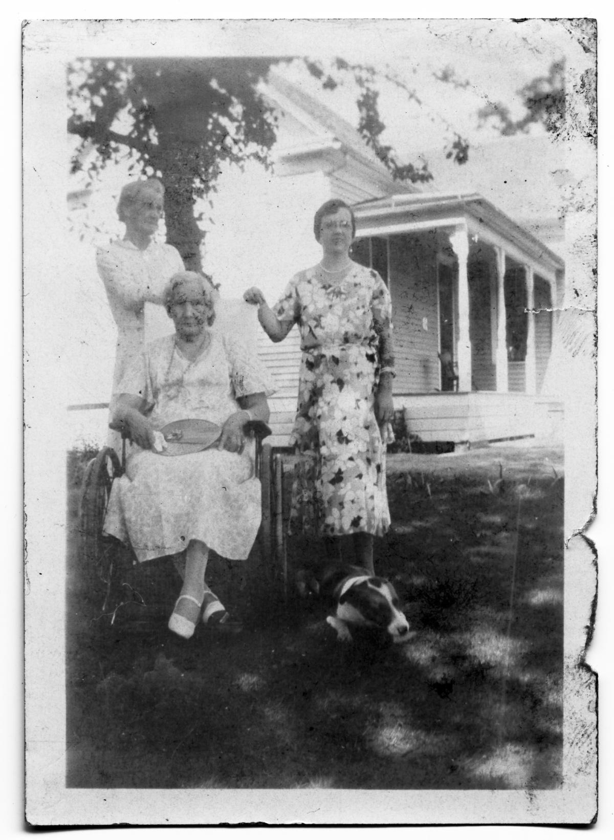 Alice and Ida Scrivner with Bell Shelton                                                                                                      [Sequence #]: 1 of 1