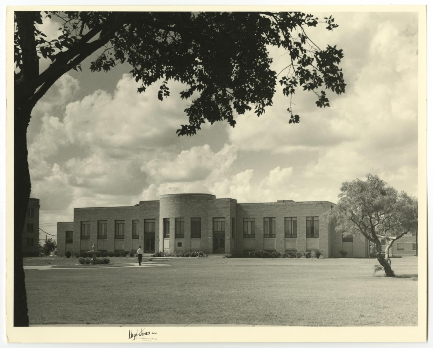 [Photograph of McMurry University's Iris Graham Dining Hall]                                                                                                      [Sequence #]: 1 of 2