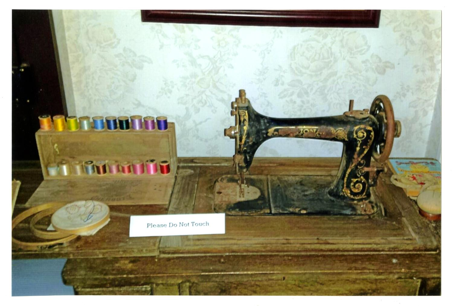 [Photograph of an Old Sewing Machine]                                                                                                      [Sequence #]: 1 of 2